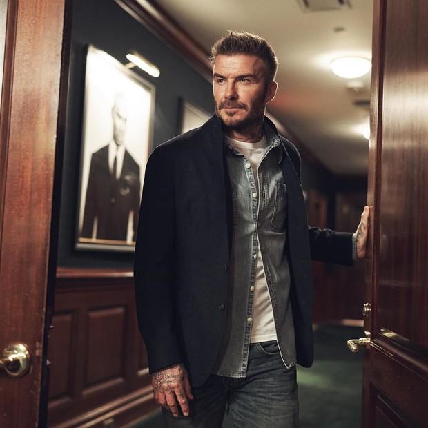 David Beckham diberikan gelar kerajaan langsung oleh Ratu Elizabeth II di tahun 2003, dengan gelar Officer Of The Order (OBE).
