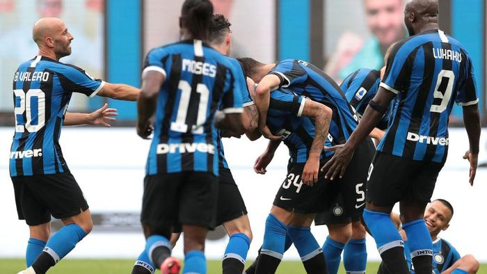 MILAN, ITALY - JUNE 24:  Cristiano Biraghi of FC Internazionale celebrates his goal with his team-mates during the Serie A match between FC Internazionale and US Sassuolo at Stadio Giuseppe Meazza on June 24, 2020 in Milan, Italy.  (Photo by Emilio Andreoli/Getty Images)