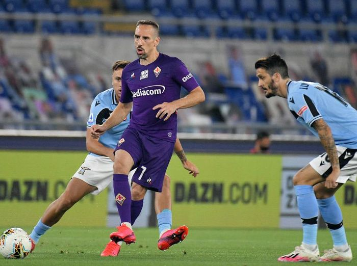 ROME, ITALY - JUNE 27: Franck Ribery of ACF Fiorentina kicks the ball against Luis Alberto of SS Lazio during the Serie A match between SS Lazio and  ACF Fiorentina at Stadio Olimpico on June 27, 2020 in Rome, Italy. (Photo by Marco Rosi - SS Lazio/Getty Images)