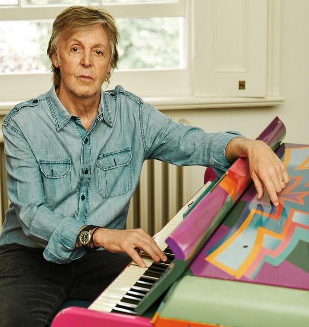 Paul McCartney dianugerahi gelar Knight oleh Ratu Elizabeth II pada tahun 1997.