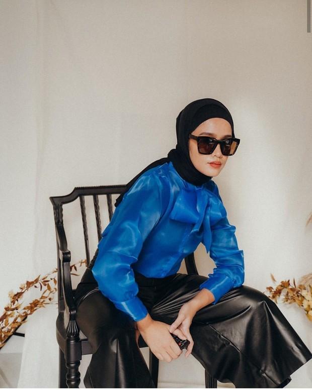 Ana mengenakan kemeja biru elektrik dengan bawahan celana leather hitam yang membuat penampilannya tampak edgy dan trendy.