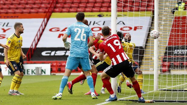 Sheffield United's John Lundstram scores a not given goal during the FA Cup sixth round soccer match between Sheffield United and Arsenal at Bramall Lane in Sheffield, England, Sunday, June 28, 2020. (Oli Scarff/Pool via AP)