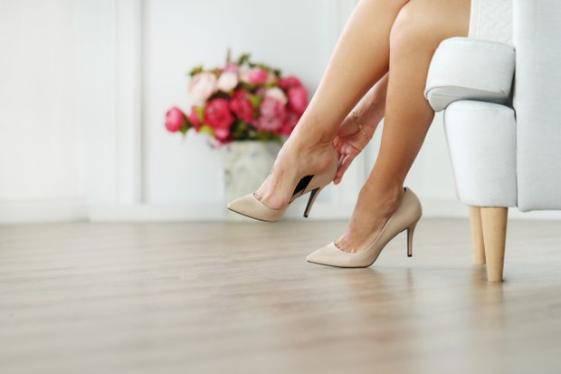 Memakai sepatu hak tinggi bisa meningkatkan resiko cidera ataupun masalah kesehatan kaki lainnya.