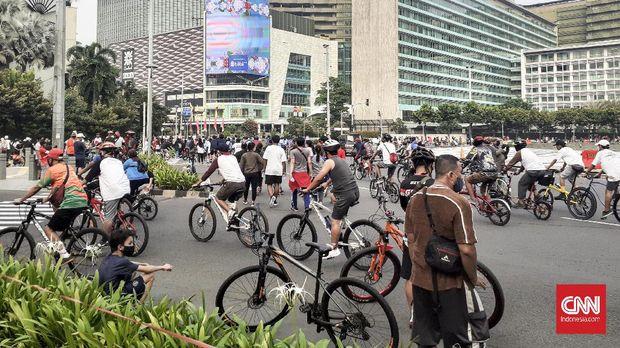 Kawasan Hari Bebas Kendaraan Bermotor (HBKB) atau populer dikenal dengan Car Free Day (CFD) daerah Thamrin sampai Bundaran Hote Indonesia (HI) masih ramai orang yang berolahraga.