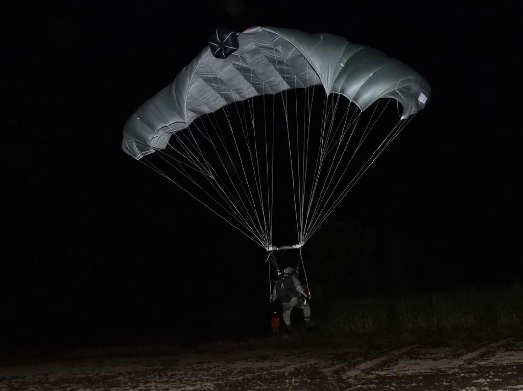 Belasan Marinir Latihan Terjun Tempur Malam di Situbondo