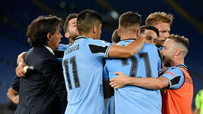 ROME, ITALY - JUNE 27: Luis Alberto of SS Lazio celebrate a second goal with his team mates during the Serie A match between SS Lazio and  ACF Fiorentina at Stadio Olimpico on June 27, 2020 in Rome, Italy. (Photo by Marco Rosi - SS Lazio/Getty Images)