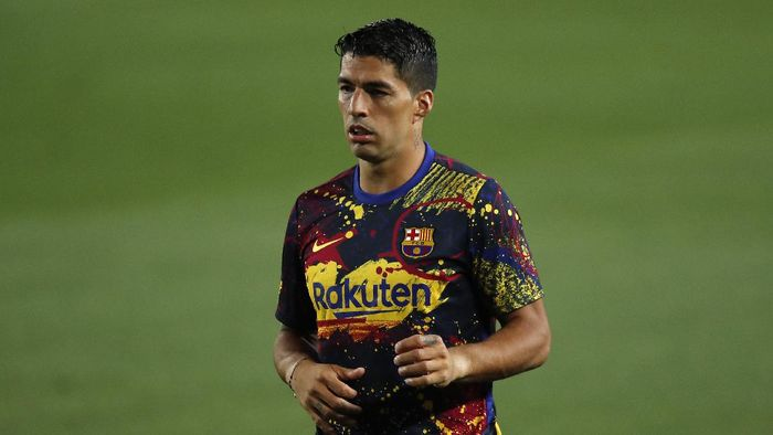 BARCELONA, SPAIN - JUNE 23: Luis Suarez of Barcelona warms up prior to the Liga match between FC Barcelona and Athletic Club at Camp Nou on June 23, 2020 in Barcelona, Spain. Football Stadiums around Europe remain empty due to the Coronavirus Pandemic as Government social distancing laws prohibit fans inside venues resulting in all fixtures being played behind closed doors. (Photo by Eric Alonso/Getty Images)