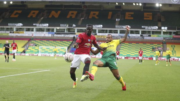 Manchester United's Eric Bailly, left, holds off Norwich City's Onel Hernandez during the FA Cup sixth round soccer match between Norwich City and Manchester United at Carrow Road stadium in Norwich, England, Saturday, June 27, 2020. (Catherine Ivill/Pool via AP)