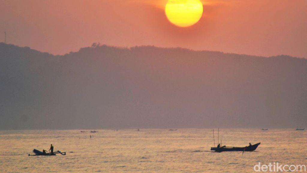 Begitu Cantik, Kala Matahari Terbit di Pantai Pangandaran