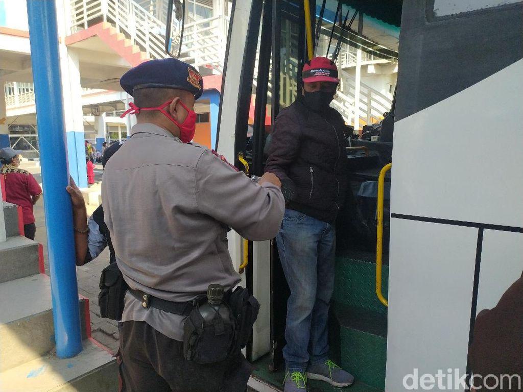 Calon Penumpang di Terminal Bungurasih Sidoarjo Dapat Masker Gratis
