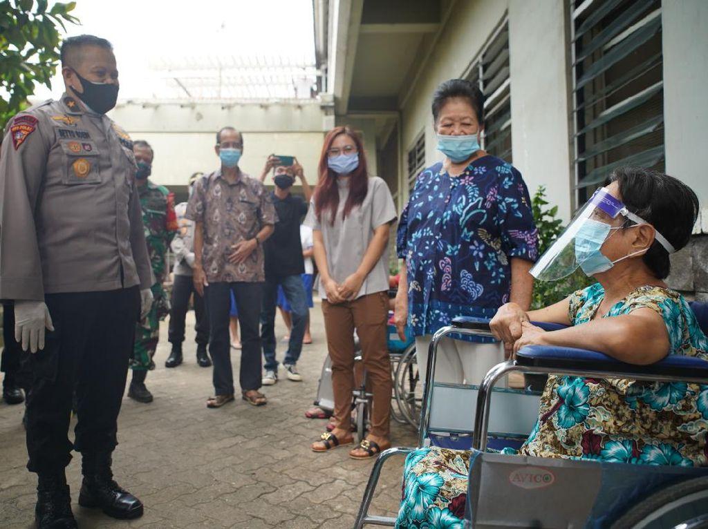 Polri Beri Bantuan ke Penghuni Panti Jompo