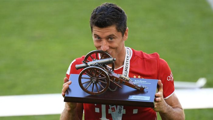 WOLFSBURG, GERMANY - JUNE 27: Robert Lewandowski of Bayern Muenchen kisses the trophy for the top goalscorer of the season after the Bundesliga match between VfL Wolfsburg and FC Bayern Muenchen at Volkswagen Arena on June 27, 2020 in Wolfsburg, Germany. (Photo by Stuart Franklin/Getty Images)
