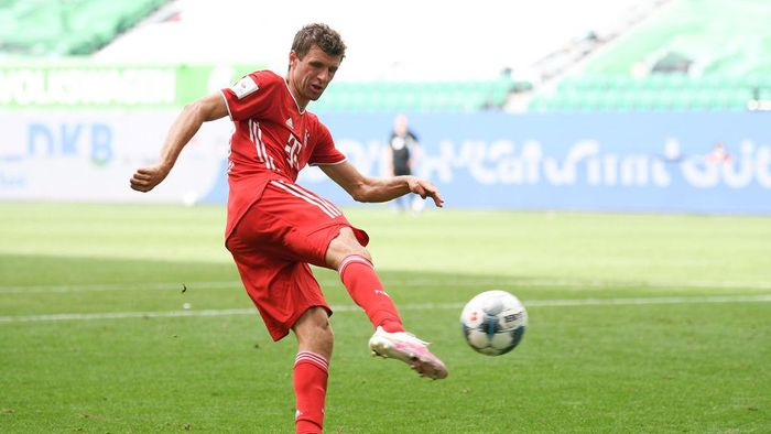 WOLFSBURG, GERMANY - JUNE 27: Thomas Mueller of Muenchen scores his teams fourth goal during the Bundesliga match between VfL Wolfsburg and FC Bayern Muenchen at Volkswagen Arena on June 27, 2020 in Wolfsburg, Germany. (Photo by Stuart Franklin/Getty Images)