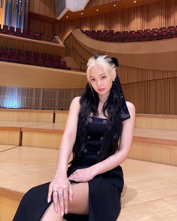 Jennie BLACKPINK tampil beda dengan duawarna rambut, yakni hitam dan pirang atau blonde di bagian poni.