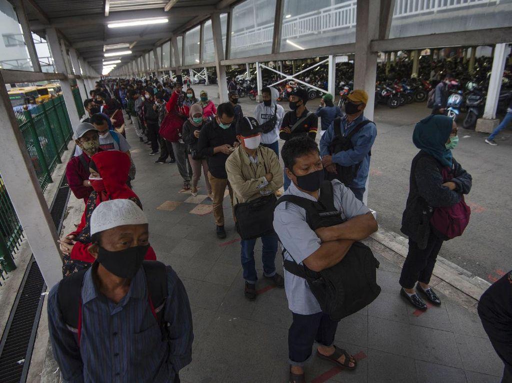 Cegah Antrean di Stasiun KRL, Jam Kerja Karyawan Perlu Diatur Ulang