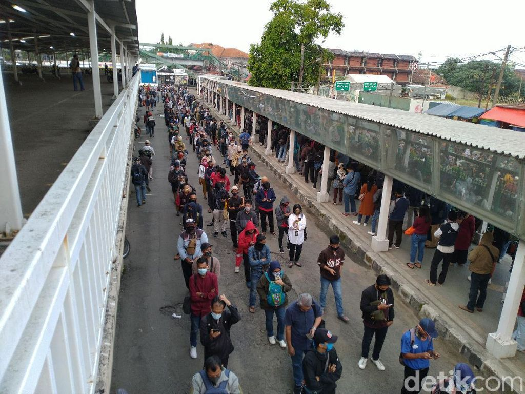 Di Stasiun Bogor, Antrean Penumpang Kereta Mengular sampai ke Parkiran