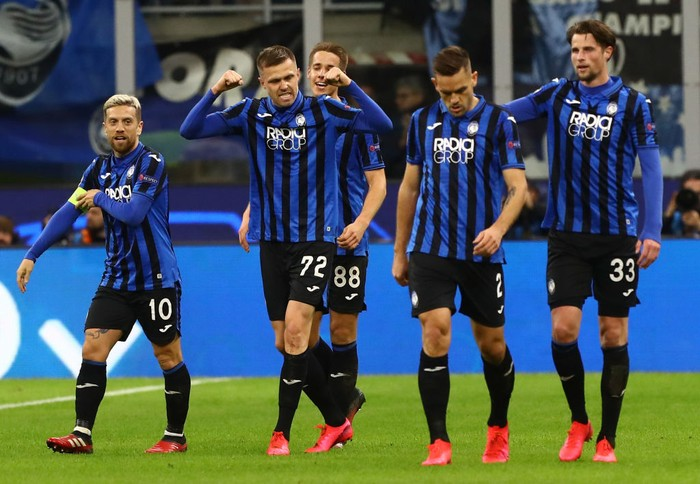 MILAN, ITALY - FEBRUARY 19:  Josip Ilicic (2nd L) of Atalanta celebrates his goal with his team-mates during the UEFA Champions League round of 16 first leg match between Atalanta and Valencia CF at San Siro Stadium on February 19, 2020 in Milan, Italy.  (Photo by Marco Luzzani/Getty Images)