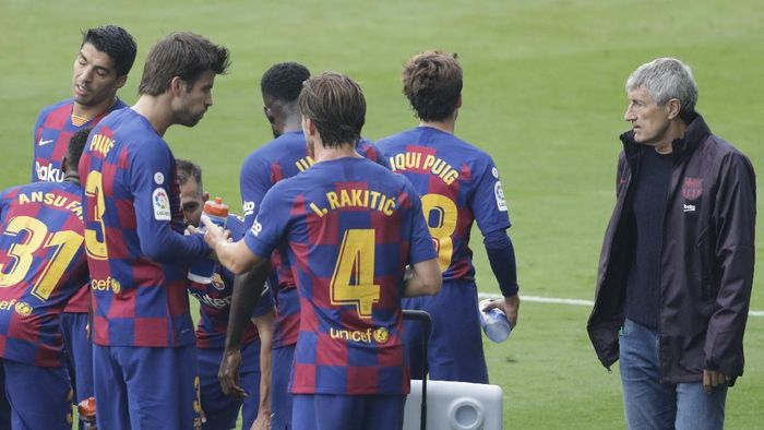 Barcelonas head coach Quique Setien, right, stands next to his players during a Spanish La Liga soccer match between RC Celta and Barcelona at the Balaidos stadium in Vigo, Spain, Saturday, June 27, 2020. (AP Photo/Lalo Villar)