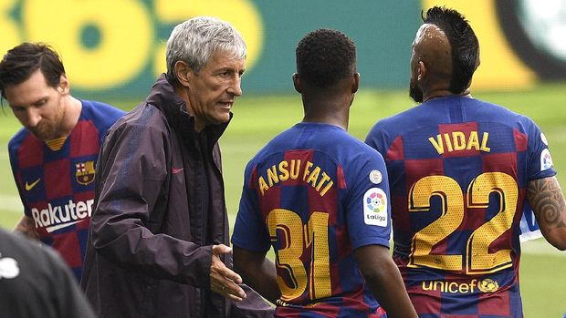 VIGO, SPAIN - JUNE 27:  Quique Setien, Head Coach of FC Barcelona speaks with Ansu Fati and Arturo Vidal of FC Barcelona at the water break during the Liga match between RC Celta de Vigo and FC Barcelona at Abanca-Balaídos on June 27, 2020 in Vigo, Spain. (Photo by Octavio Passos/Getty Images)