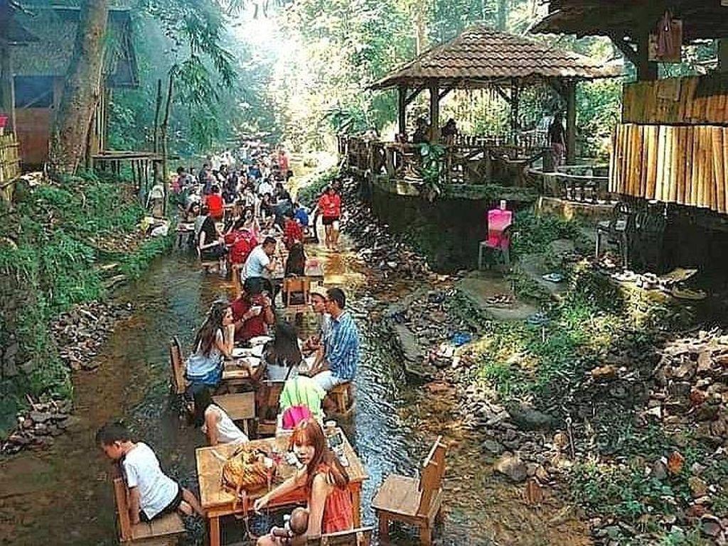 Pengunjung Restoran Ini Bisa Makan Sambil Nyemplung di Sungai