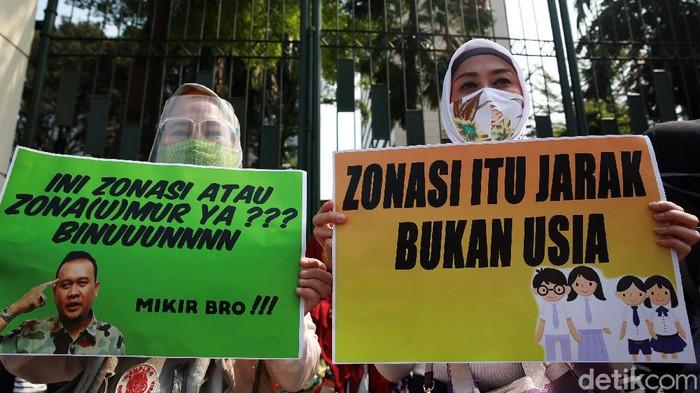 Para orang tua dan wali murid berunjukrasa di depan Kemendikbud, Jakarta, Senin (29/06/020). Mereka menolak penerapan juknis PPDB DKI Jakarta yang berdasarkan usia.