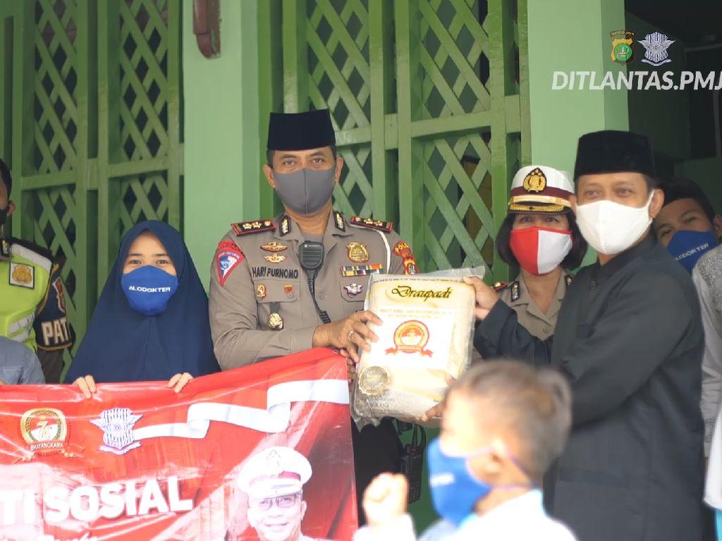 Jelang HUT Bhayangkara, Ditlantas Polda Metro Sebar 22 Ton Beras ke Pesantren