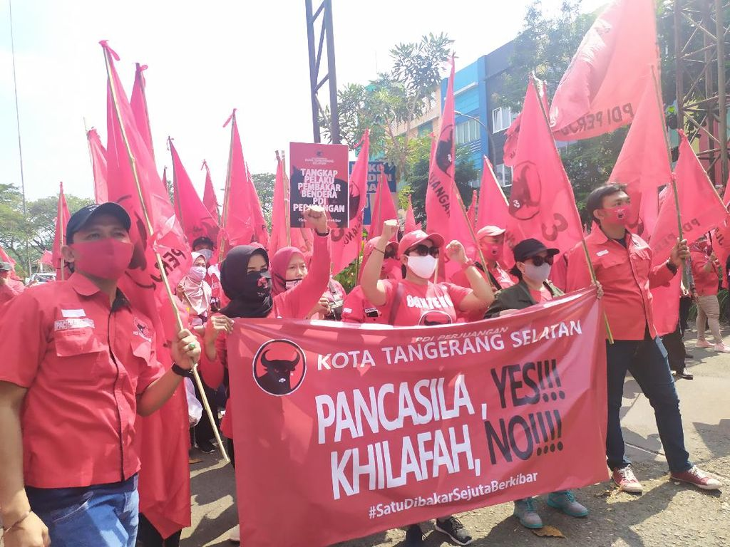 Orasi Massa PDIP Tangsel Saat Long March: Tangkap Pembakar Bendera Partai