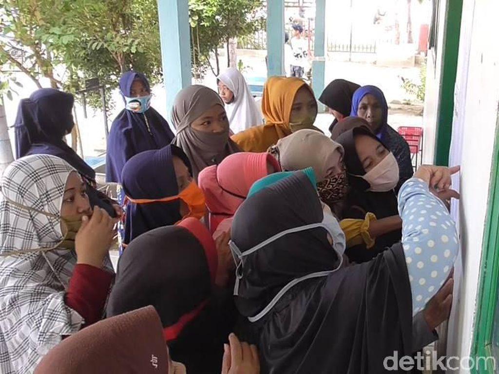 Abai Protokol COVID-19, Emak-emak di Sulbar Berdesakan Lihat Kelulusan Siswa