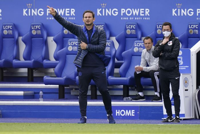 LEICESTER, ENGLAND - JUNE 28: Frank Lampard, Manager of Chelsea gives his team instructions  during the FA Cup Fifth Quarter Final match between Leicester City and Chelsea FC at The King Power Stadium on June 28, 2020 in Leicester, England. (Photo by Tim Keeton/Pool via Getty Images)