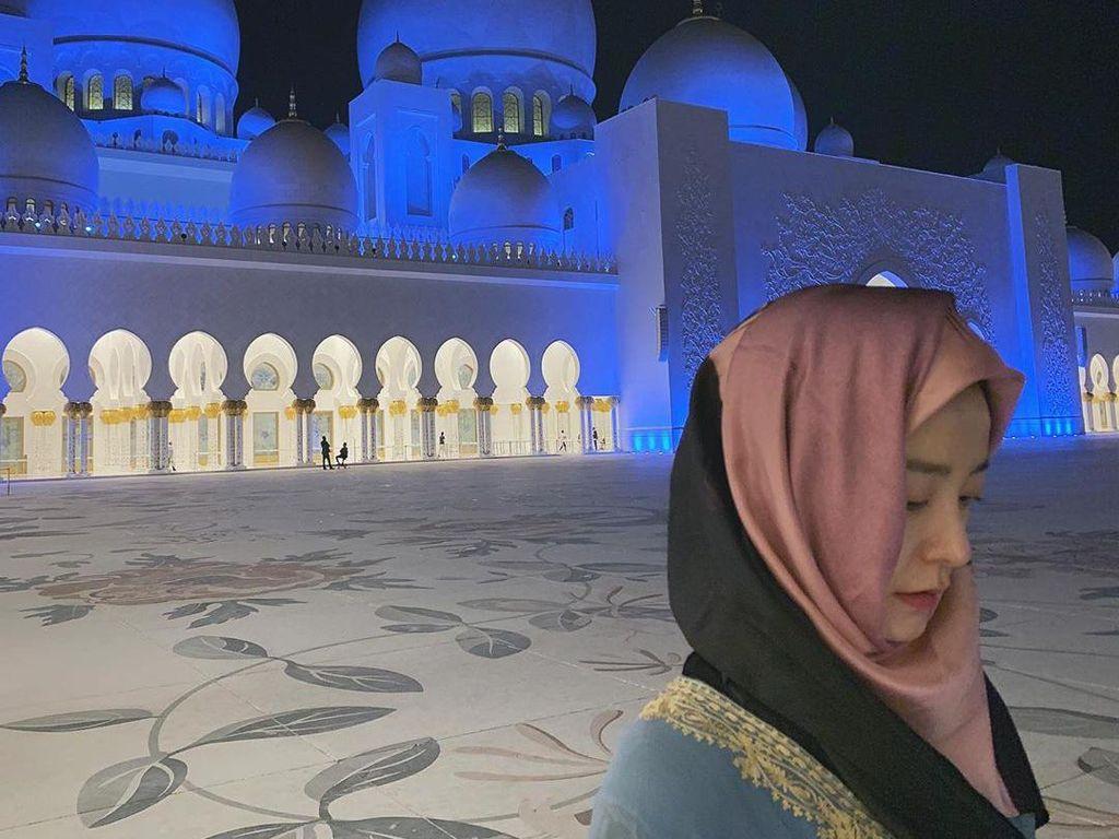 Gaya Hijab Aktris Train To Busan Jung Yu Mi Saat Kunjungi Masjid