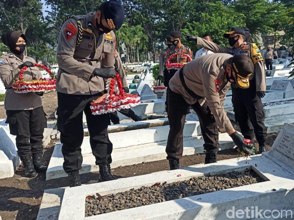 Maknai Perjuangan, Kapolda Jatim Napak Tilas di Taman Makam Pahlawan