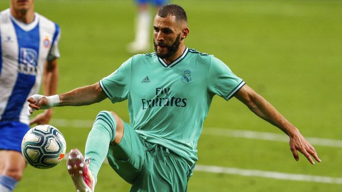 Real Madrids Karim Benzema controls the ball during the Spanish La Liga soccer match between RCD Espanyol and Real Madrid at the Cornella-El Prat stadium in Barcelona, Spain, Sunday, June 28, 2020. (AP Photo/Joan Monfort)