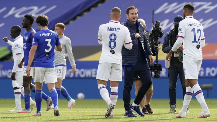 LEICESTER, ENGLAND - JUNE 28: Frank Lampard, Manager of Chelsea speaks with Ross Barkley of Chelsea after the FA Cup Fifth Quarter Final match between Leicester City and Chelsea FC at The King Power Stadium on June 28, 2020 in Leicester, England. (Photo by Tim Keeton/Pool via Getty Images)