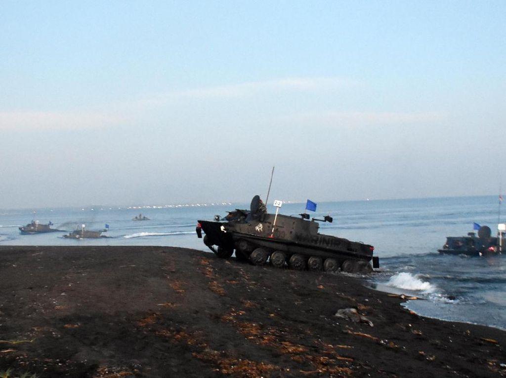 Kerahkan Material Tempur, Prajurit Marinir Mendarat di Pantai Banongan