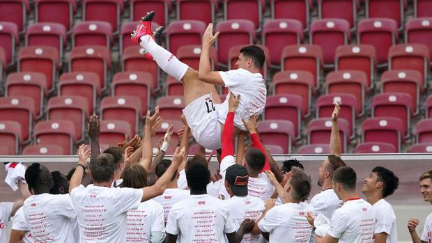 STUTTGART, GERMANY - JUNE 28: Mario Gomez of VfB Stuttgart is celebrated after his last game after the Second Bundesliga match between VfB Stuttgart and SV Darmstadt 98 at Mercedes-Benz Arena on June 28, 2020 in Stuttgart, Germany. (Photo by Christian Kaspar-Bartke/Getty Images)