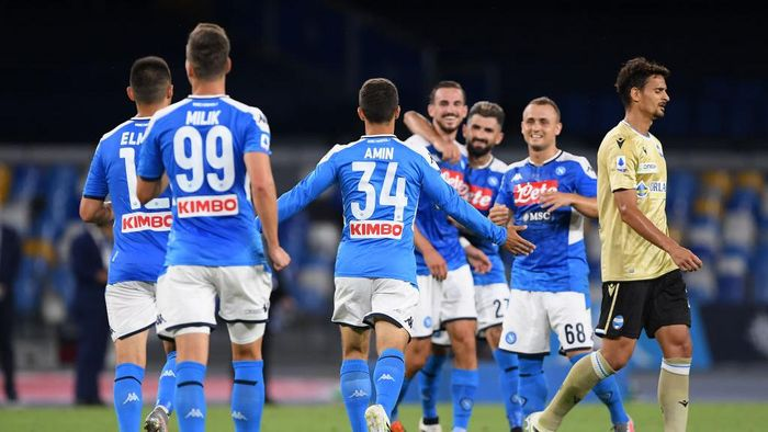 NAPLES, ITALY - JUNE 28: Amin Younes of SSC Napoli celebrates after scoring the 3-1 goal, beside the disappointment of Felipe of SPAL during the Serie A match between SSC Napoli and  SPAL at Stadio San Paolo on June 28, 2020 in Naples, Italy. (Photo by Francesco Pecoraro/Getty Images)