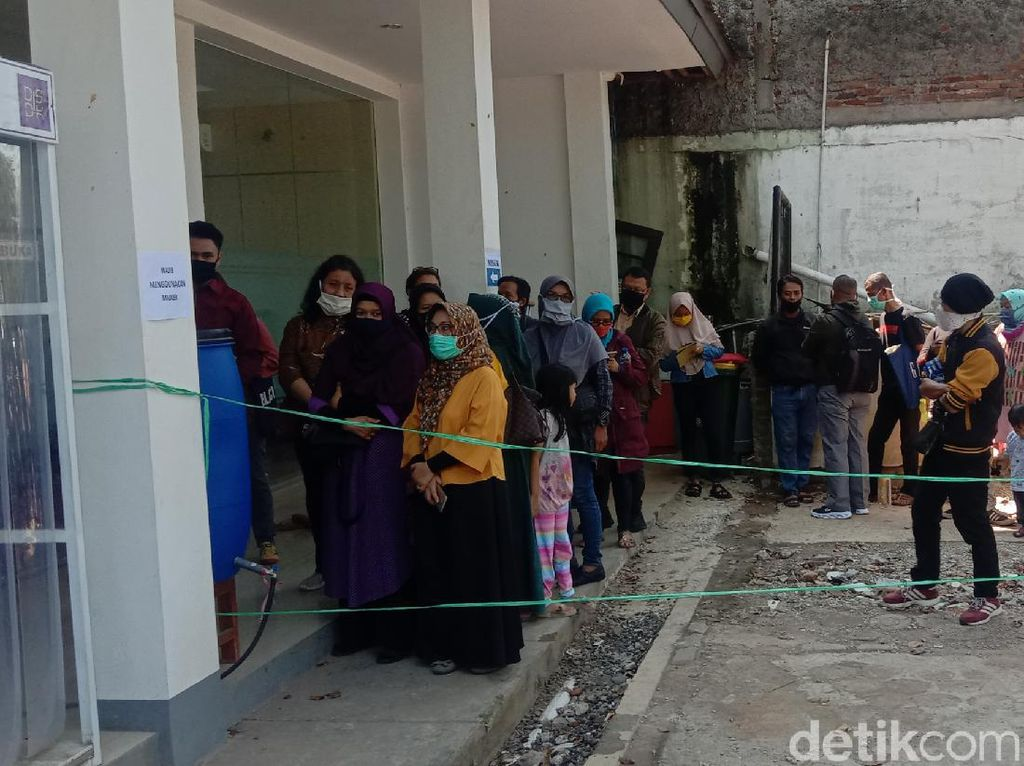 Anaknya Tergeser di Jalur Zonasi, Puluhan Orangtua Siswa Datangi Disdik Bandung