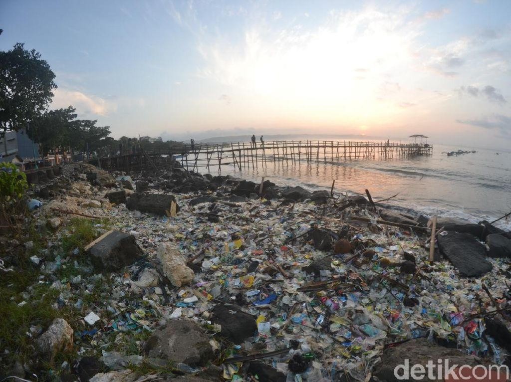 Sampah Plastik Cemari Pantai Pangandaran