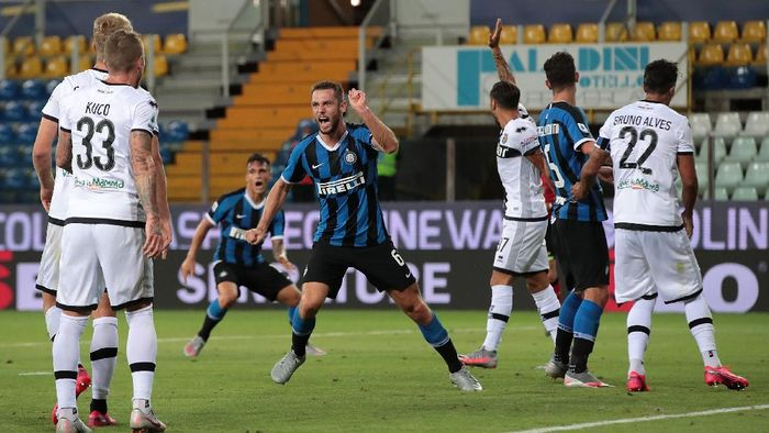 PARMA, ITALY - JUNE 28:  Stefan De Vrij of FC Internazionale celebrates his goal during the Serie A match between Parma Calcio and FC Internazionale at Stadio Ennio Tardini on June 28, 2020 in Parma, Italy.  (Photo by Emilio Andreoli/Getty Images)