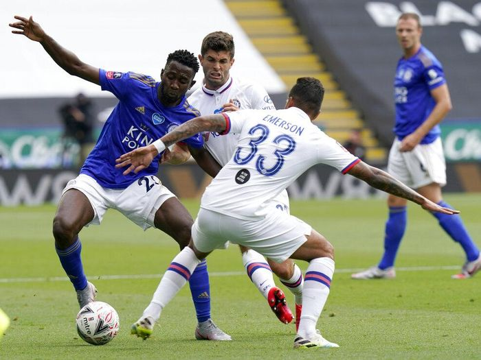 Leicesters Hamza Choudhury, left, duels for the ball with Chelseas Christian Pulisic, centre, and Chelseas Emerson Palmieri during the FA Cup sixth round soccer match between Leicester City and Chelsea at the King Power Stadium in Leicester, England, Sunday, June 28, 2020. (Tim Keeton/Pool via AP)