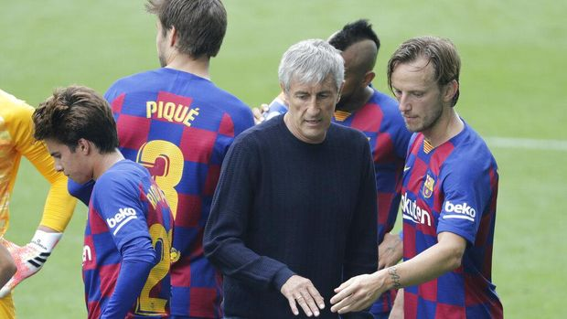 Barcelona's head coach Quique Setien, center, talks with Barcelona's Ivan Rakitic during a Spanish La Liga soccer match between RC Celta and Barcelona at the Balaidos stadium in Vigo, Spain, Saturday, June 27, 2020. (AP Photo/Lalo Villar)