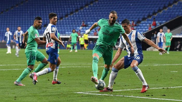 BARCELONA, SPAIN - JUNE 28: Karim Benzema of Real Madrid assists teammate Casemiro for their sides first goal during the Liga match between RCD Espanyol and Real Madrid CF at RCDE Stadium on June 28, 2020 in Barcelona, Spain. (Photo by David Ramos/Getty Images)