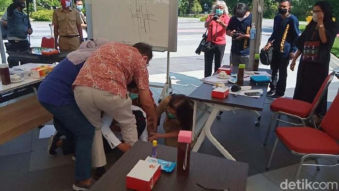 Wali Kota Risma nangis-nangis dan sujud saat audiensi bersama IDI Jatim dan IDI Surabaya. Dia mengaku goblok dan tak pantas menjadi wali kota.