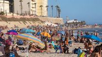 Saking Ramainya, Pantai Cadiz Spanyol Bakal Ditutup