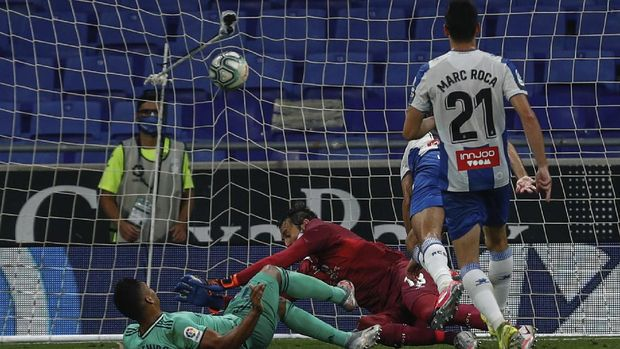 Real Madrid's Casemiro, left, scores the opening goal during the Spanish La Liga soccer match between RCD Espanyol and Real Madrid at the Cornella-El Prat stadium in Barcelona, Spain, Sunday, June 28, 2020. (AP Photo/Joan Monfort)