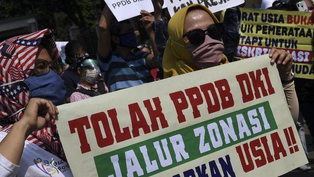 Sejumlah orang tua murid berunjuk rasa di depan kantor Kemendikbud, Jakarta, Senin (29/6/2020). Unjuk rasa yang diikuti ratusan orang tua murid tersebut menuntut penghapusan syarat usia dalam Penerimaan Peserta Didik Baru (PPDB) DKI Jakarta. ANTARA FOTO/Wahyu Putro A/wsj.