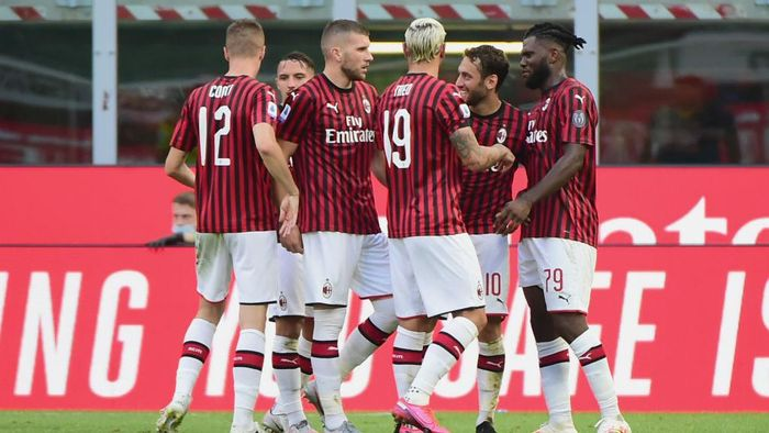 MILAN, ITALY - JUNE 28:  (C)Ante Rebic of AC Milan celebrates  his first goal with his teammates during the Serie A match between AC Milan and  AS Roma at Stadio Giuseppe Meazza on June 28, 2020 in Milan, Italy.  (Photo by Pier Marco Tacca/Getty Images)