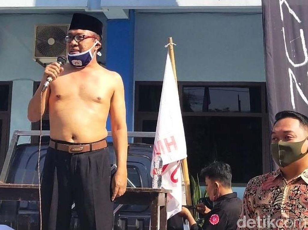 Aksi Rektor Uniba Lepas Seragam dan Mundur dari Kampus