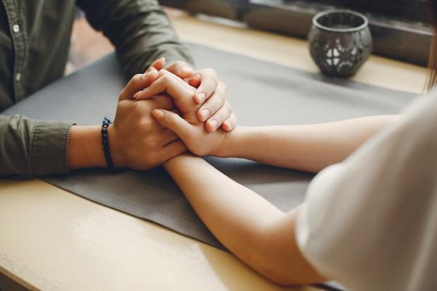Maksudnya adalah, baik kamu maupun pasangan harus berjanji untuk bisa menutupi kekurangan dan menjaga rahasia masing-masing di hadapan orang lain.
