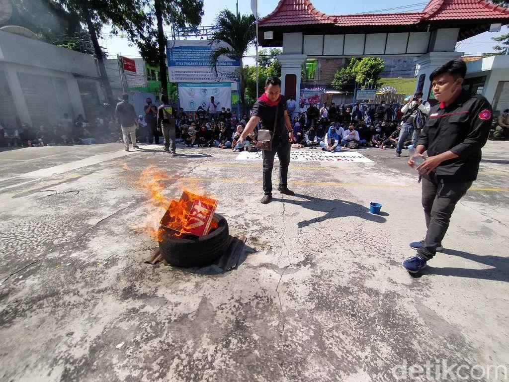 Massa Demo di Kampus Uniba Solo, Rektor Lepas Seragam: Saya Mundur